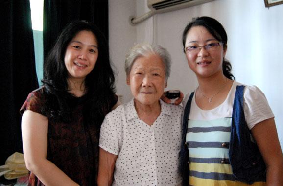 同济志愿者登门造访大龙港社区96岁老人