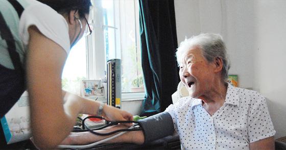 看望大龙港社区96岁老人施甄民
